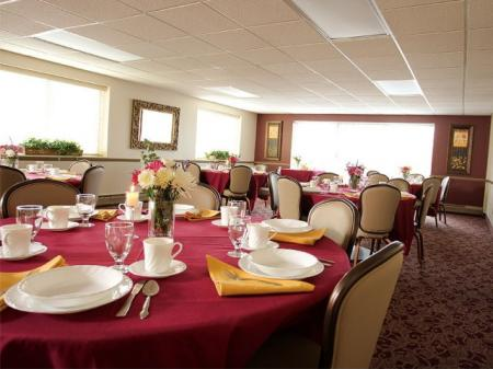 Resident dining room | apartments in Parma at Midtown Towers