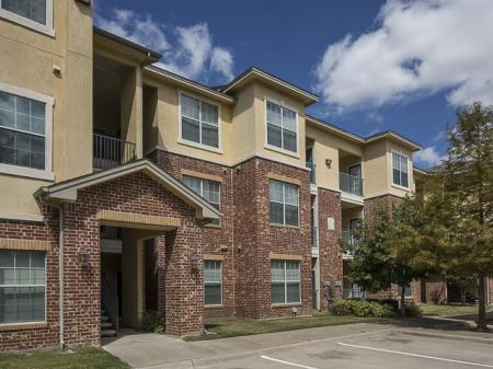 Bella Ruscello Apartments in Duncanville, TX | Parking