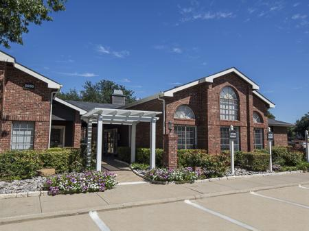 Crestmont Reserve Apartment Homes Leasing Office in Dallas, TX