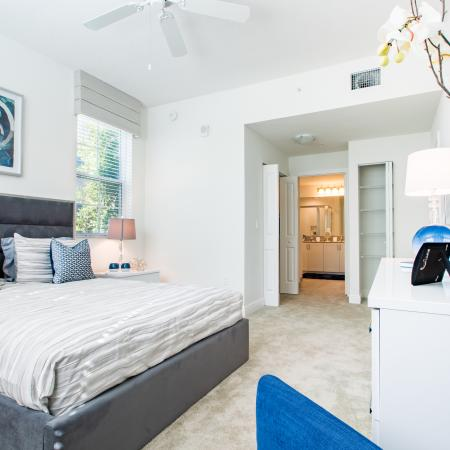Cottonwood West Palm apartment bedroom