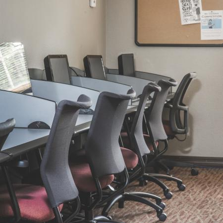 Computer Lab with Desk, Computers, and Free WiFi | The Commons on Kinnear Apartments Near OSU