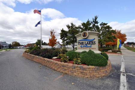 entrace to The Lakes of Holland apartments