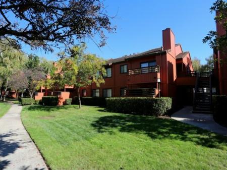 Lush landscaping at Bennington Apartments in Fairfield, CA