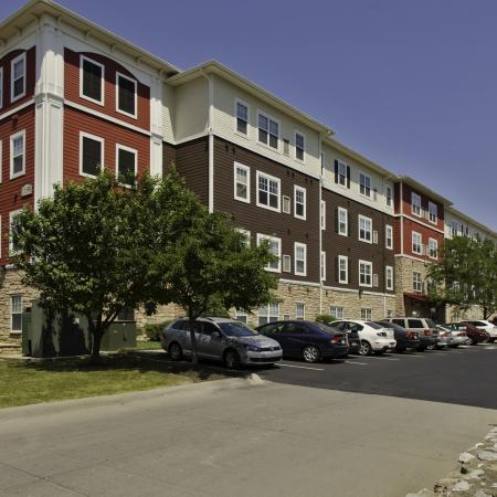 Commons on Kinnear exterior building and parking lot | Apartments in Columbus