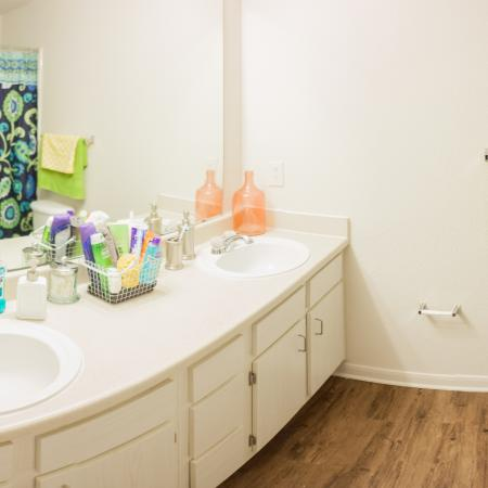 Spacious Bathroom | Apartment Homes In Lincoln | The View