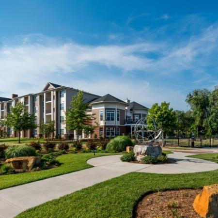 Beautifully Landscaped Exterior | Pinnacle Apartments