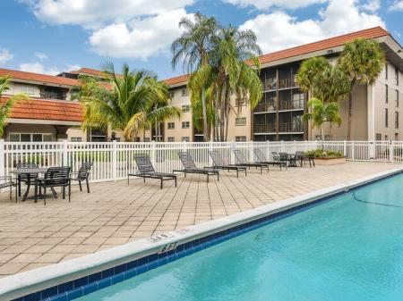 Del Oro   apartment complex pool