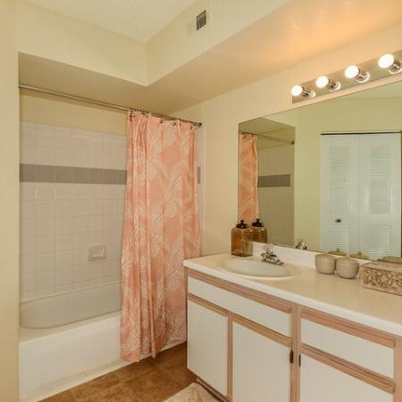 Royal St George apartment bathroom