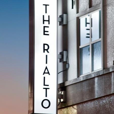 The Rialto building and sign | Rialto apartments in Orlando FL